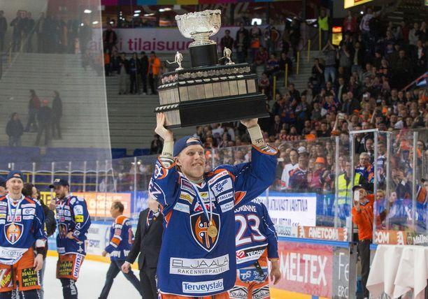 Patrik Laine pääsi nostelemaan Kanada-maljaa keväällä 2016.