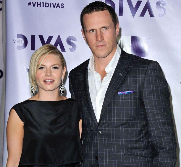 Näyttelijätähti Elisha Cuthbert ja Toronton kapteeni Dion Phaneuf ovat naimisissa.