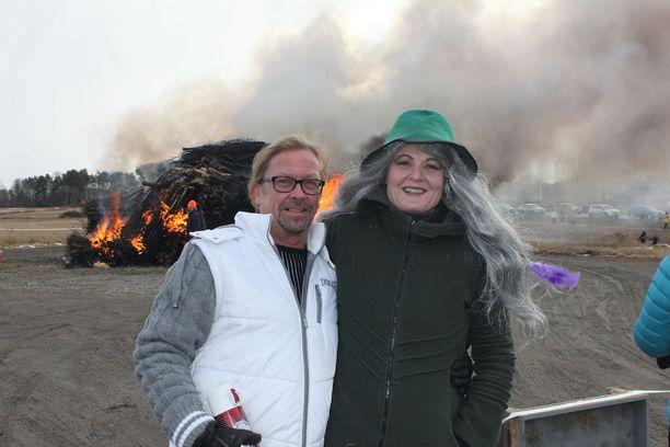 Pääsiäisasuun sonnustautunut Hanna Kangas ja Jyrki Siirtola nauttivat kokkoillan tunnelmasta.
