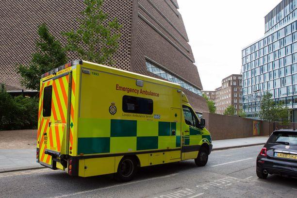 Ambulanssi Tate Modernin edessä 4.elokuuta 2019.