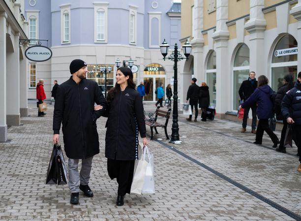 Venäjän rajalla Virolahdella sijaitsevan Zsar Outlet Villagen porteista aukeaa pieni, värikäs ostoskylä.