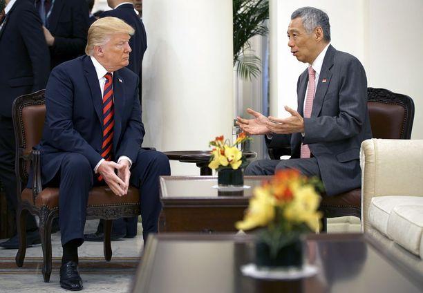 Presidentti Trump tapasi maanantaina Singaporen pääministerin Lee Hsien Loongin.