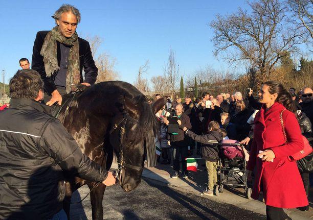 Ratsastuksen päätteeksi Bocellin avustaja pitää hevosta, ratsastajan jalkautuessa.