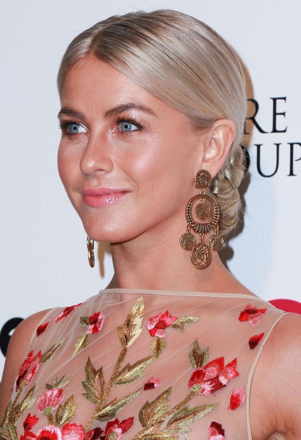 Symmetrinen, sliipattu kampaus korostaa Julianne Houghin ovaaleja kasvoja.