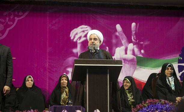 Hasan Ruhani johtaa ääntenlaskentaa maan presidentinvaaleissa.