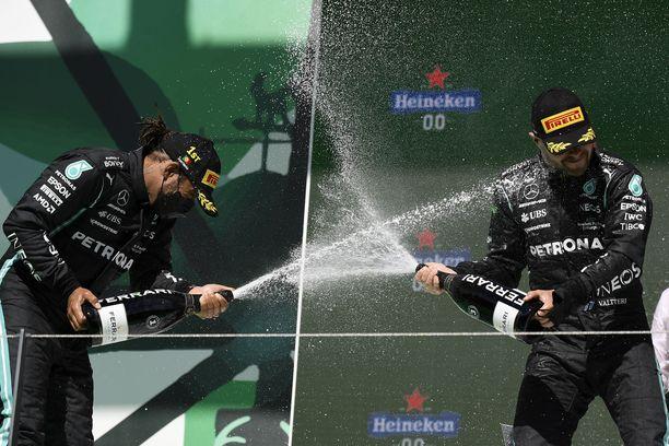 Valtteri Bottas (oikealla) onnistui hämäämään Lewis Hamiltonia. Brittikuski juhli silti voittoa.