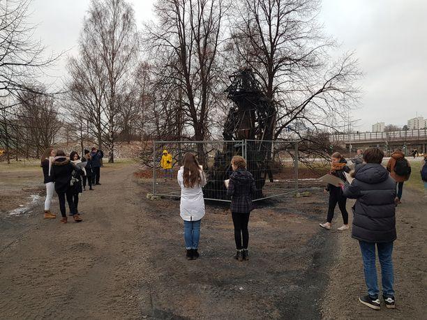 Viikin normaalikoulun, tuttavallisesti Norssin, kahdeksasluokkalaiset kuvataideopiskelijat pyörivät luonnoslehtiöineen karun patsaan raadon ympärillä.
