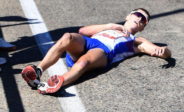 Callum Hawkins romahti Kansainyhteisön kisojen maratonin kärkipaikalla.