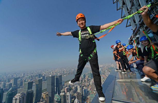 Shanghain huimimmalla näköalatasanteella ei ole kaiteita. Turvavaljaat ovat siis tarpeen.