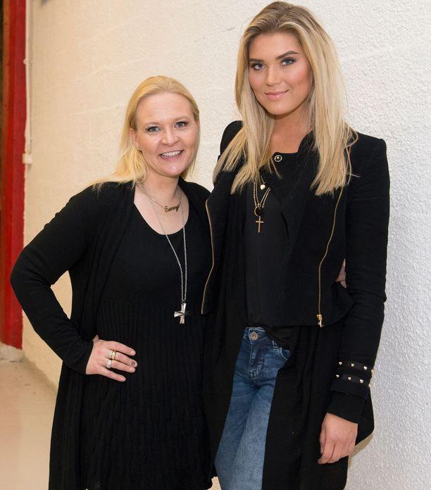 Bea ja missiemo Sunneva Kantola tyrmäävät kritiikin huonosta missilookista Miss Universum -kisassa.