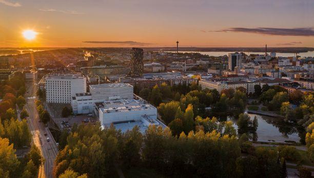 Kulttuuri- ja kongressikeskus Tampere-talon yhteyteen avataan tammikuussa 2020 Courtyard by Marriott Tampere City. Hotelli palvelee muun muassa kotimaisia ja ulkomaisia turisteja sekä liikematkustajia. Hotellista on yhdyskäytävä Tampere-talon pääaulaan.