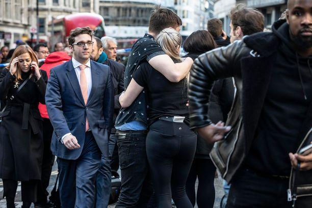 Lontoon Cityn työntekijöitä hyökkäyksen jälkeen.
