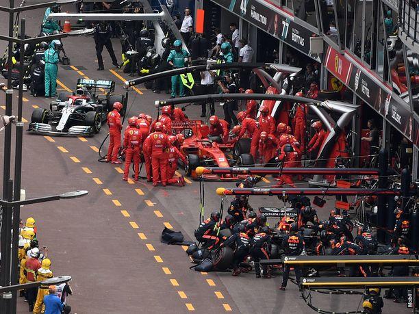 Kun Bottas pääsee jatkamaan matkaa, Vettel ja Verstappen ovat vielä omissa ruuduissaan.