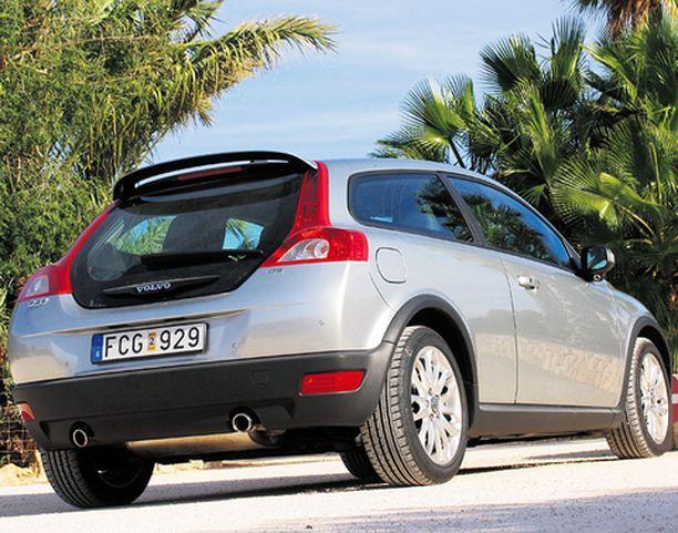 Volvon omaperäisin piirre on iso takaluukku, joka tuo historiasta mieleen ns. Pyhimys-Volvon ja pari vuotta eläneen 480-mallin.