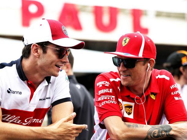 Kun Charles Leclerc ja Kimi Räikkönen poseeraavat ensi kaudella yhteiskuvissa, heidän vaatteidensa väritys on tähän kauteen verrattuna päinvastainen: Leclerc jatkaa uraansa Ferrarin punaisissa, Räikkönen Sauberin puna-valkoisissa.
