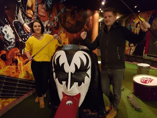 Vihahuoneessa Tampereella voi hakata palasiksi wc-pöntön, tv:n tai läppärin. Ravintolapäällikkö Susanna Heikkinen ja toimitusjohtaja Hannu Lahtinen ovat ylpeitä luomuksestaan.