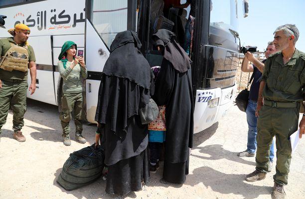 Isistaistelijoiden vaimoja luovutettiin mediatietojen mukaan al-Holin leiriltä omaistensa haltuun. 800 syyrialaista naista luovutettiin leiriltä 3. kesäkuuta. Kurdit ylläpitävät al-Holin leiriä.