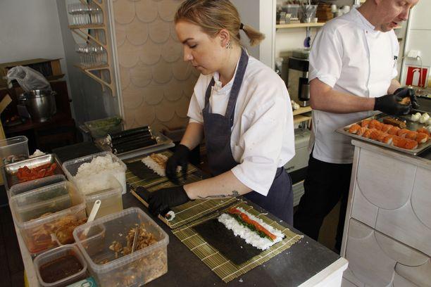Helsinkiläisen ravintola Oran keittiössä valmistettiin sushia maaliskuussa.