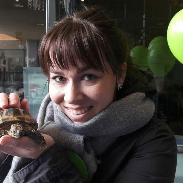Joskus kampanjapisteellä voi tulla vastaan vaikkapa kilpikonna. Sen tietää vihreiden tuleva kansanedustaja Noora Koponen.