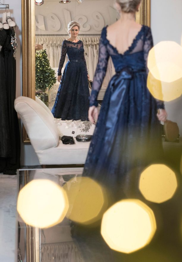 Päivi Räsäsen puvun katseenvangitsijana on avonainen selkä ja kaunis rusetti.
