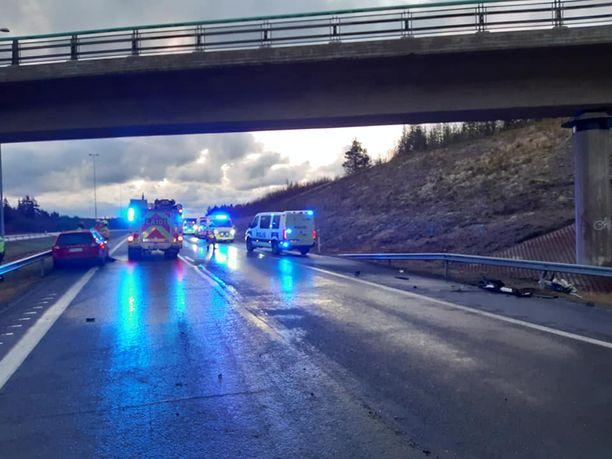 Poliisi jakoi kuvat onnettomuuspaikalta sosiaaliseen mediaan.
