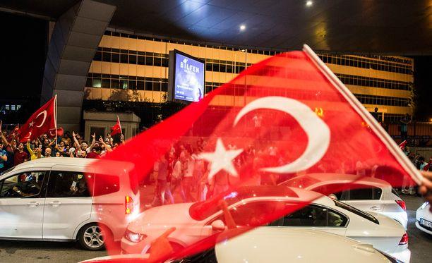 Turkin armeija ilmoitti kaapanneensa vallan maan hallitukselta perjantai-iltana 15.7.2016. Turkin hallitus ilmoitti aamukolmelta tilanteen olevan sen hallinnassa.Sen jälkeen Turkin viranomaiset aloittivat gülenistien puhdistukset.