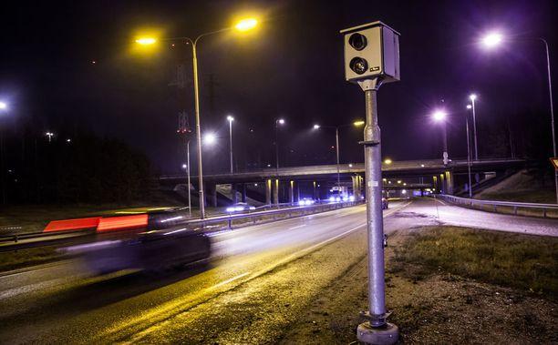 Nopeuskameran ottama kuva ei kelvannut oikeudelle todisteeksi kuljettajan henkilöllisyydestä. Kuvan kamera on kehä kolmosella Vantaallla.
