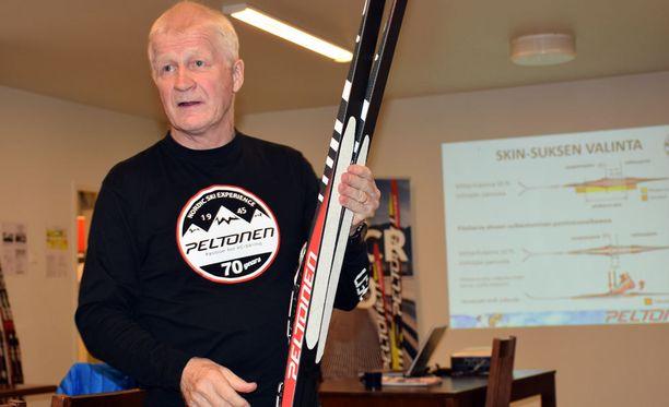 Peltosen tallipäällikkö Asko Lahdelma esitteli karvapohjasuksea medialle maanantaina Heinolan suksitehtaalla.