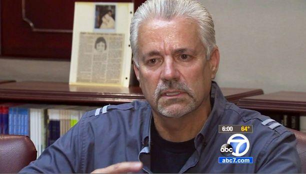 Eläkkeelle jäänyt Santa Anan poliisi Michael Buelna kertoo, että olisi halunnut aikoinaan adoptoida löytämänsä pojan.