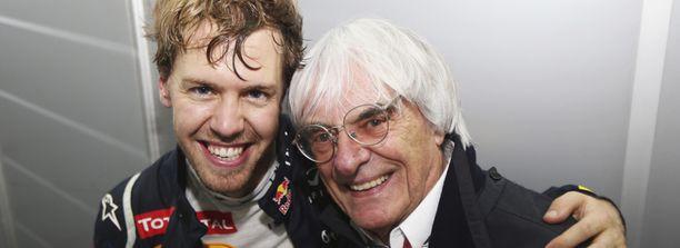 Red Bullin Sebastien Vettel ja F1-johtaja Bernie Ecclestone poseerasivat kameroille Vettelin voitettua kolmannen MM-pokaalin.