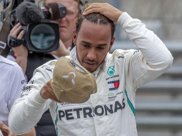 Lewis Hamilton uhkaa jättää hyvästit formula ykkösille, jos kisakalenteri paisuu.