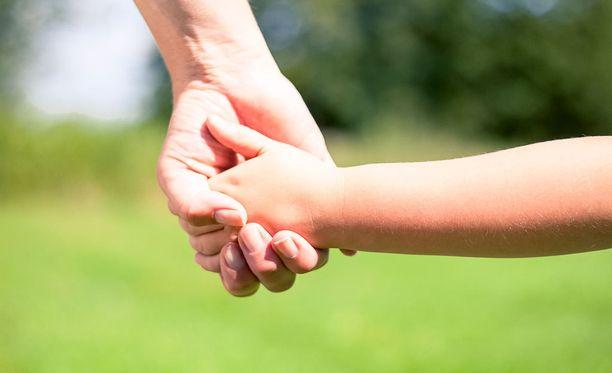 Metodin mukaan lapsi voi paremmin, kun häntä kannustetaan ja kehutaan oppimaan uusia taitoja. Pienistäkin edistymisistä kehutaan ja yksi taito opetellaan kerrallaan.