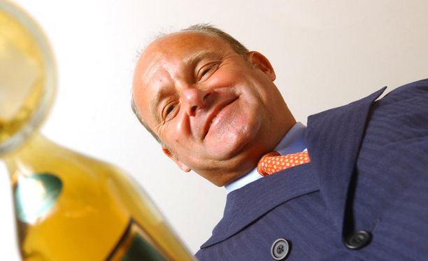 Tämä mies uhkaa Bernie Ecclestonen valta-asemaa formuloissa. Ex-viinapomo Paul Walsh poseerasi viskipullon kanssa vuonna 2005.