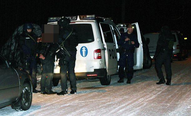 Äänekosken epäilty ampuja ei uudenvuoden aattona tehnyt vastarintaa, kun hänet otettiin kiinni Cannonball-jengin tiloista.