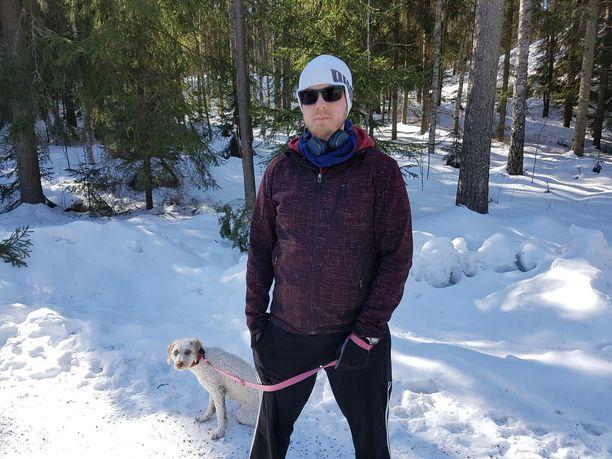 Kahden lapsen isä, paljasjalkainen tesomalainen Mikko ei ole kulkenut perheensä kanssa pimeällä kävelytietä metsän vierustaa.