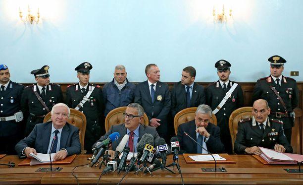 Syyttäjät Giancarlo Capaldo, Franco Roberti ja Giuseppe Pignatone pitivät torstaina Roomassa tiedotustilaisuuden terrorismin vastaisesta operaatiosta.