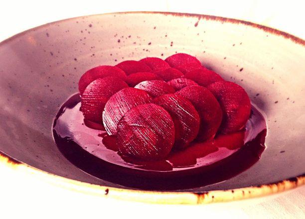 Ravintola Lyonin annos, jossa on ankanmaksaa, vadelmaa ja punajuurta.