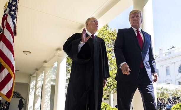 Trumpin oletetaan valitsevan eläköityvän Kennedyn tilalle nuoren, konservatiivisen juristin, joka siirtäisi oikeuden painopistettä oikealle mahdollisesti vuosikymmeniksi.