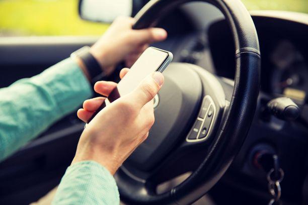70 prosenttia autoilijoista käyttää puhelinta ajon aikana. Kuitenkin suurin osa paheksuu kännykän käyttöä ajaessa.