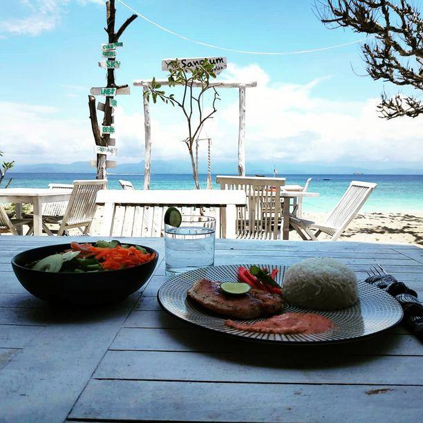 Emmi Hyvärisellä on miehensä kanssa Nusa Penidan saarella ravintola, joka toimii sukelluskeskuksen yhteydessä.