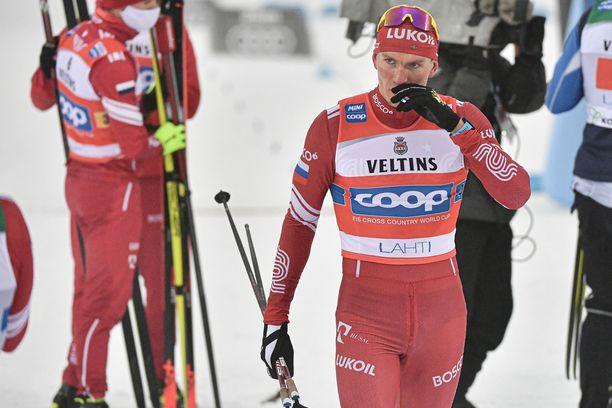 Aleksandr Bolshunov ryntäsi rähinöimään suomalaisten kanssa maalissa.