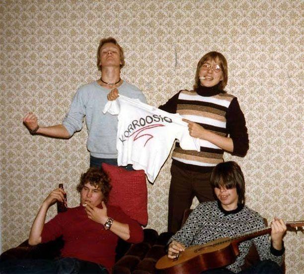 Kuva Korroosion pojista on otettu Joel Hallikaisen luona lokakuussa 1979. Hallikainen pitelee yhtyeen paitaa.