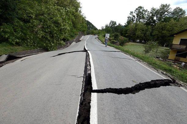 Maanvyöryt ja rankkasateet ovat tuhonneet Dobojin moottoritien Bosnia ja Hertsegovinassa. Maahan on julistettu hätätila tulvien vuoksi.