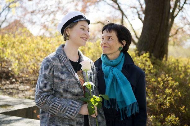 Hilma Salo kirjoitti ruotsista laudaturin. Vierellä äiti Emilia Pokkinen.