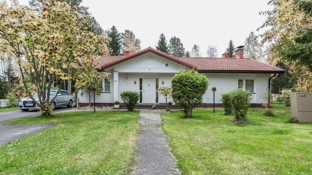 Oulussa kiinnosti neljän makuuhuoneen yksitasoinen omakotitalo. Talossa on asuinpinta-alaa 112 neliötä ja se on myynnissä 221 000 euron hintaan.