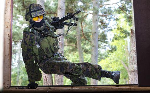 Suomen armeijan jalkaväelle uudet luotiliivit – Kevytrakenteinen liivi suojaa kiväärinluodeilta ja kranaatin sirpaleilta