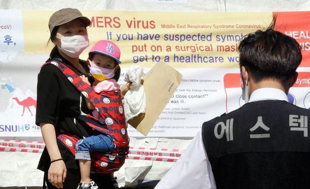 Viranomaiset ovat eristäneet sairaaloihin ja koteihin yli 1 600 ihmistä.