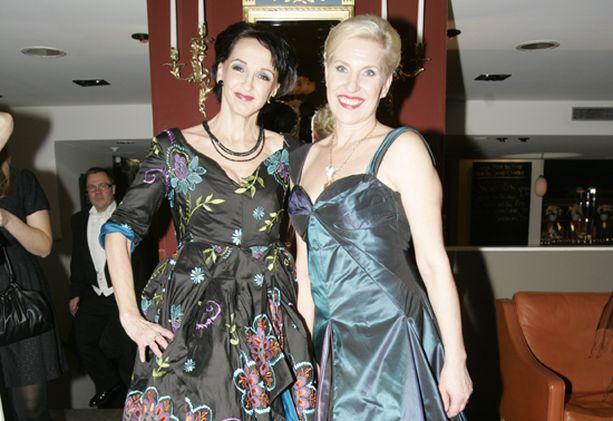 TYYLILLÄ Näyttelijät Eija Vilpas ja Tiia Louste hehkuivat kilpaa sinivoittoisissa puvuissaan.
