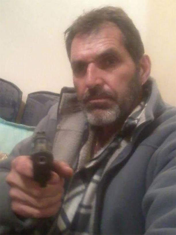 Pitkäksi ajaksi vankilaan tuomittu Roman Heinze, 61, poseerasi sosiaalisessa mediassa aseen kanssa.
