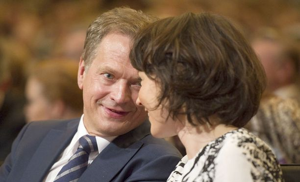 Sauli vaihtoi rakastuneen katseen vaimonsa kanssa puoluekokouksen etupenkissä.